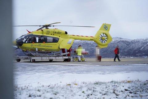 PÅ SYKEHUSET: En av de skadde fra ulykken ankommer UNN i Tromsø søndag ettermiddag.