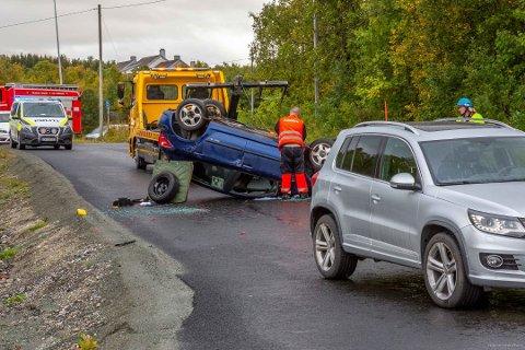 STENGT: Bilbergingen var raskt på ulykkesstedet. Heilovegen var stengt under oppryddingsarbeidet. Foto: Torgrim Rath Olsen