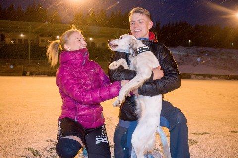 LYKKEBRINGEREN: Hundevalpen Rosta har vært en ekte lykkebringer. I år har det meste gått veien for Christine Olsen og Yngvar Johansen på fotballbanen for hvert sitt Fløya-lag. I helgen kan de krone det med hvert sitt seriegull.