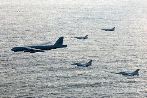 Fire norske F-16 jagerfly under en øvelse med et amerikansk med et B-52 bombefly fra US Air Force vest av Troms onsdag.