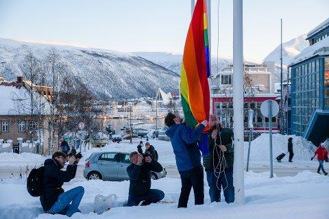 PRIDE: Samtidig som flagget ble heiset, fikk folk i Tromsø besøk på døra.