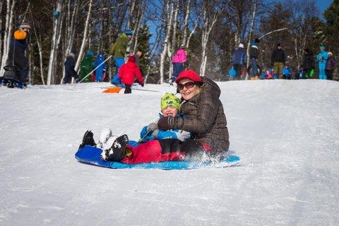 DILLA PÅ FRILUFTSLIV: Barn og honnører strømmer til Troms Turlag. Nå vokser foreninga mest i hele landet. Her fra vinterfesten på Charlottenlund som ble arrangert av Tromsø Røde Kors, Tromsø Idrettsråd og Troms Turlag.