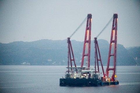 PÅ VEI: Kranskipet Gulliver er nå på vei mot Tromsø for å heve den russiske tråleren Buhkta Naezdnik. Foto: Bergensavisen