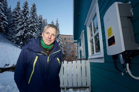 SPARER: 4000 kilowatttimer renner årlig inn i denne boksen fra solcellepanelene på taket hos Svein Gunnar Karlstrøm. Panelene leverer 80 prosent av det årlige strømforbruket.