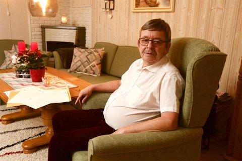 FORTVILET: Sverre Hugo Rokstad med noen av brevene som den siste tida er kommet til mannen som har oppgitt Rokstads hus som sin adresse.