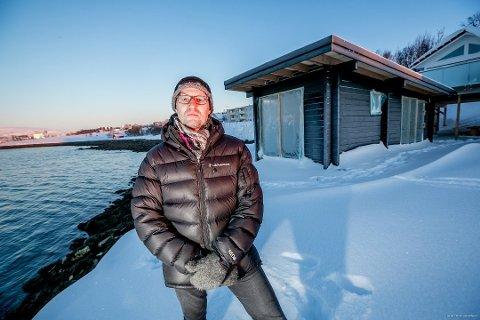 SISTE KLAGE FALT: Prosessen rundt badstua til Frank Øynes har vært seiglivet. Nå er den siste klagen lagt i en skuff og badstua får stå. Her er Øynes foran badstua i vår.