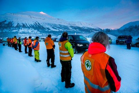 TRAGEDIE: Her blir en av de omkomne kjørt vekk etter å ha blitt gravd fram fra snømassene i Tamokdalen. Fire personer omkom i snøskredet 2. januar.