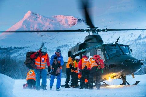 RAPPORT-KRITIKK: Frivillige laster inn og ut av et Bell-helikopter under arbeid i Tamokdalen i vinter. Politiets rapport om aksjonen får nå kritikk.
