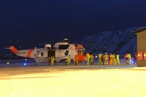 REDDET: Sea King har fraktet personene til Honningsvåg. Her er de ankommet lufthavnen. Foto: Randi Iren Olsen