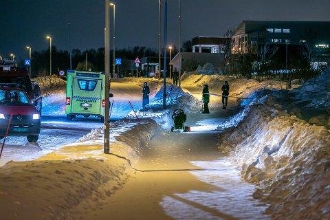FORLATT: Barnevognen ble funnet forlatt på Kvaløyvegen. Sporene førte ned til havet.
