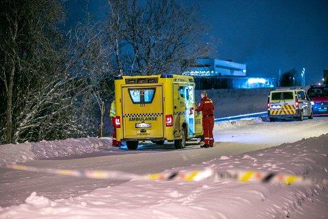 FAGERENG-TRAGEDIEN: Et stort oppbud av politi og ambulanse deltok i redningsaksjonen mandag.
