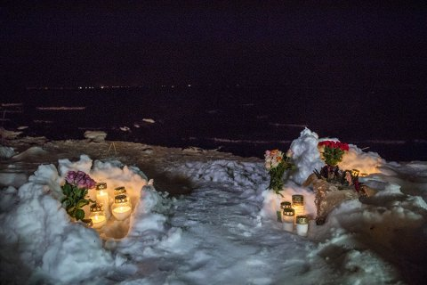 MINNES: Flere har satt opp lys på stedet. Ole Berg-Rusten / NTB scanpix