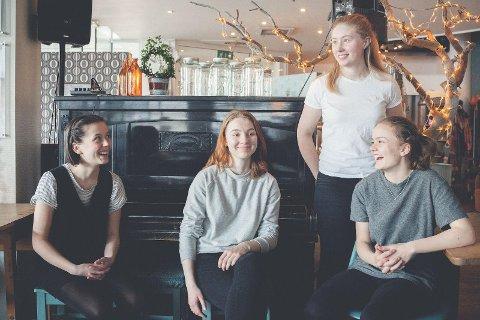 ANANASFEBER: Regine Lund Ryeng (17), Leonie Krupka (18), Ida Solvang (18) og Mie Bergh (18) har knapt spilt i to år, men har allerede rukket å bli et kjent navn på Tromsøs kulturfront.