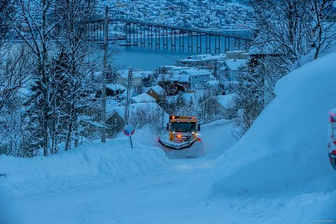 KLAR FOR REGN: Bydrift er i full sving med å rydde unna snø i Tromsø. Torsdag er det ventet kraftig regnvær i Tromsø.