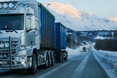 TETT TRAFIKK: Antallet tunge kjøretøy på E8, her fra Ramfjorden, har eksplodert det siste året. Foto: Yngve Olsen