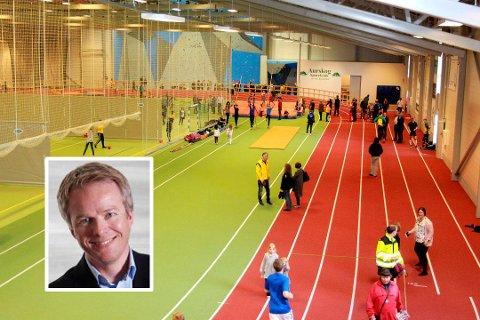 INNENDØRSHALL: Rune Kufaas (innfelt) er ansatt som prosjektutvikler i Tromsø kommune. Han skal blant annet jobbe for å realisere en innendørs flerbrukshall til friidrett og ballidrett. Bildet viser Nes Arene på Romerike