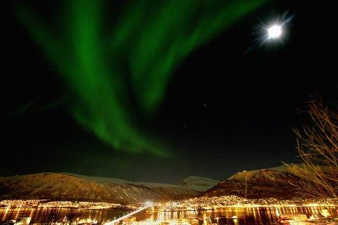 SELGER NORDLYS: Turister betaler flere tusen kroner for å se nordlyset.