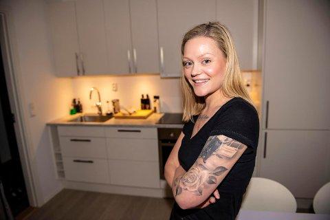 TATOVERT SYKEPLEIER: Tonje Tunstad ser flere i gangene på UNN med store synlige tatoveringer. Hun opplever en positiv endring i synet på tatoveringer på jobb.