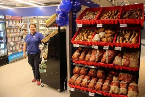 ÅPEN: Kjøpmann Kete Bjørnå ønsker velkommen til ny søndagsåpen Rema 1000-butikk på Veitasenteret.