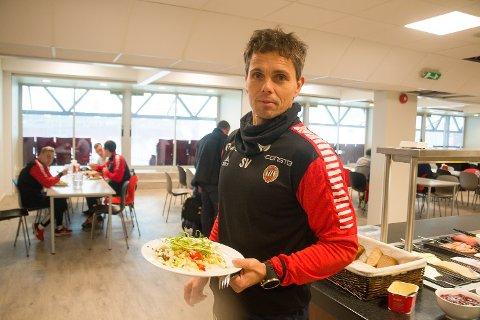SOSIAL ARENA: TIL-trener Simo Valakari gjør klar lunsjen i kantina på Alfheim hvor ledere, trenere og spillere spiser frokost og lunsj sammen hver dag. Men inndraging av mobiltelefoner - slik flere andre eliteserierivaler har innført - blir det ikke i TIL.