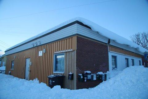 STÅR TOMT: Bygget i Bjerkakerveien 14 ble bygget i 1961 og lenge brukt som butikk. Det har vært ulovlig utleie her i flere år. Nå er beboerne flyttet ut. Bildet er tatt 25. januar.