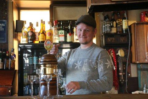 STOR PÅGANG: Innehaver, Håvard Robertsen, kan fortelle at det er mye folk innom Huken Pub i helgene. Foto: Trygve Grønning