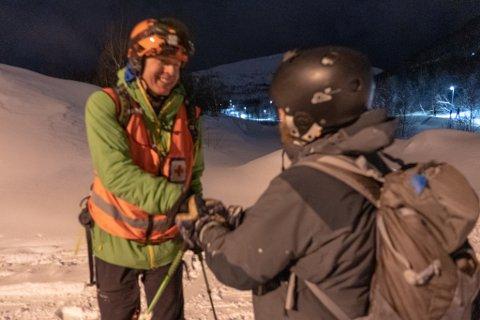 TAKKER: 41 år gamle Markus vil være anonym, men vil rette en stor takk til Røde Kors for at de berget han ut av skredområdet. Jens-Morten Øvervoll fra Røde Kors var oppe for å hente ned mannen.