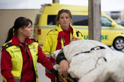 """DUO: Maja Oskal og Maja Louise Lauritsen viser frem hverdagen som ambulansefagarbeider i NRK-dokumetarserien """"113""""."""
