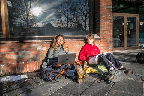 UTNYTTER SOLA: Anna Henriksson (til venstre) og Hedda Gjone benyttet sola og biologi bøkene på Universitet i Tromsø.