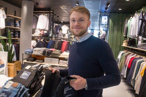 DOBBELT FOKUS: Martin Larsen Traasdahl er butikksjef på klesbutikken Blend på Nerstranda. Samtidig er 25-åringen på kort tid blitt en verdifull brikke på fotballaget til Skjervøy IK, som går på sin tredje sesong på nasjonalt 3.-divisjonsnivå til helga.