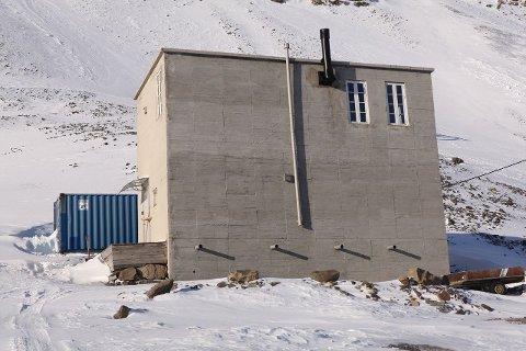 TIL SALGS: Betongtrafoen utenfor Longyearbyen er til salgs. Til tross for at man ikke har lov til å bo der har det interessen vært enorm.