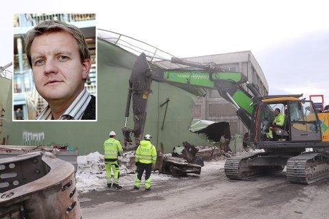 KOLLAPSET: Tanken på Stakkevollveien kollapset i begynnelsen  av april. I kommunestyret onsdag var det tilløp til munterhet over skjebnens veier. Høyres Øyvind Hilmarsen (innfelt).
