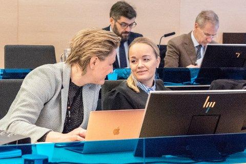 NY JOBB: Kirsti Jullum Jensen (til høyre) begynner i ny jobb som statsadvokat i Troms og Finnmark. Her er hun i rettssaken etter Sjøvegan-drapet sammen med politioverbetjent Katrine Grimnes.