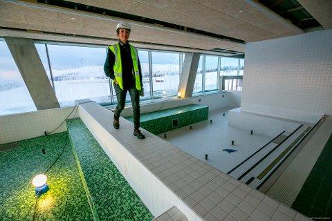 REGLENE PÅ PLASS: Daglig leder Siv-Hege Helsing Schrøen spankulerer mellom varmebadet og enden av kanalen inn til velværeavdelingen i Tromsøbadet. Bak henne øyner man utebadet, som har utsikt til skistadion. Hun og den øvrige ledelsen har den siste tiden jobbet med nye bade- og svømmeregler for anlegget. Arkivfoto: Torgrim Rath Olsen