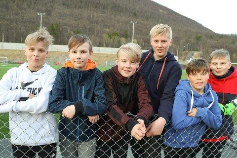 STOR DAG: Hatteng-elevene André Nyheim (14), Anders Vallesæter (12, på besøk på hjemstedet etter flytting til Bardufoss i fjor), Ådne Gamst-Eriksen (13), Martin Johannes Johnsen (13), Johan Harald Kemi Nyheim (13) og Ola Bech (14) koste seg med serieåpning for Storfjord i 6.-divisjon.
