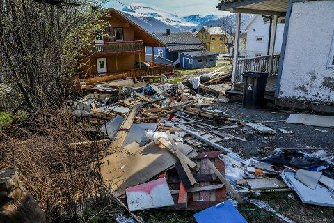 FORSØPLING: Det flyter av søppel rundt huset i Ishavsvegen i Tromsø.