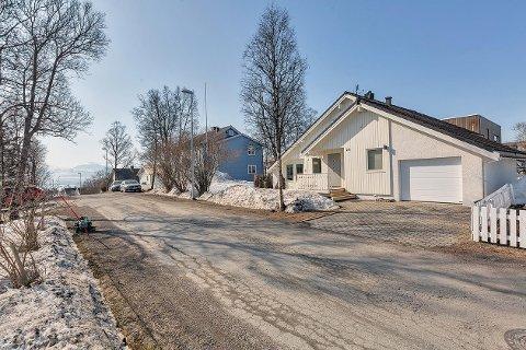 HEFTIG PRIS: Huset i Hagavegen gikk for 1,1 millioner over takst. Ikke hverdagen i dagens marked, presiserer megler Robin Iversen Martinsen i Hjem eiendomsmegling.