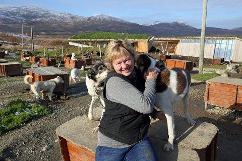 Tove Sørensen i Tromsø Villmarkssenter mener det er oppsiktsvekkende at en kommune vurderer forbud mot hundekjøring i utmarksområder. Foto: Øyvind Sundheim