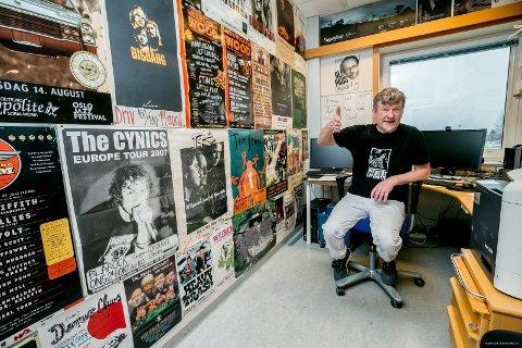 SJEFEN SJØL: Willy Mortensen er lagersjef på Sentralforsyninga på UNN. Og hans lederskap preger avdelinga - der musikk er en stor del av hverdagen. Her er sjefen på kontoret - med egenlaget «tapet».