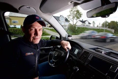 KØTAP: Elektroinstallatør Jon-Geir Iversen sier bedriften årlig taper store summer på  på å stå i kø.