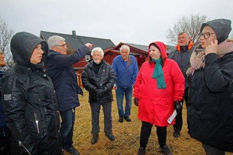 MØTTE NABOER: Tone Marie Myklevoll (i rødt) var blant politikerne som deltok i en befaring ved skytebanen i Kjoselvdalen i mai i fjor. Her møtte hun blant andre naboene Marit Lilland (til venstre), Anders Christensen, Dagfinn Hansen og Pål Olsen. Nå er det ny skytebanestrid i området.