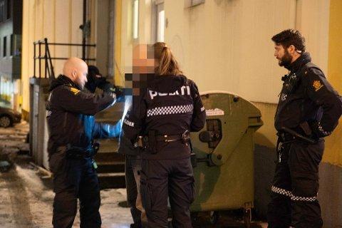 Den utenlandske statsborgeren ble tatt med narkotika fredag, og satt i glattcelle. Lørdag ble han på nytt kastet ut fra Verdensteateret, men likte det ikke.