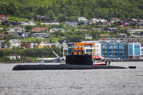 SJELDEN GJEST: Denne ubåten ute i Tromsøysundet fikk flere til å heve på øyenbrynet fredags morgen