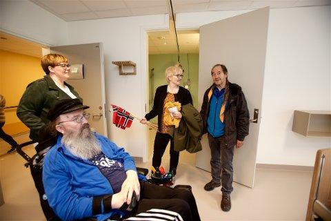 FORNØYD: Håvard Rundberg er akkurat kommet inn på det flunke nye rommet sitt i Kåfjord helsetun sammen med hjelpepleier Hanne Gundersen, sykepleier Karin Elvenes Leiros og Håvards bror, Øyvind Rundberg. Foto: Ola Solvang