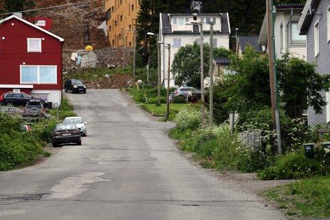 GRØHOLTVEGEN: I toppen av denne bakken, hvor Grøholtvegen og Dramsvegen treffes, vil det være stengt i pinsehelgen.