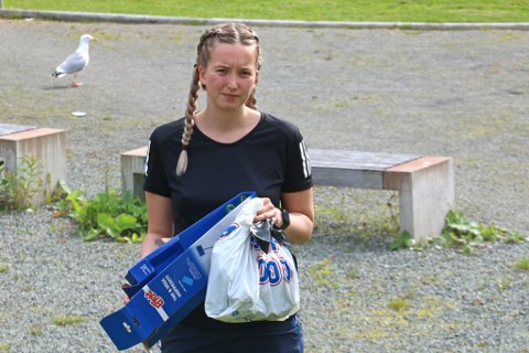 SØPPEL OVERALT: Johanne Gåsland (21) er lei av at folk stikker fra søpla si. Hver dag plukker hun opp andres søppel, nå vil hun ha flere med på laget.