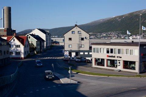 Begge de to byggene på høyre side av veien skal rives for å gi plass til ny vei. Foto: Ola Solvang