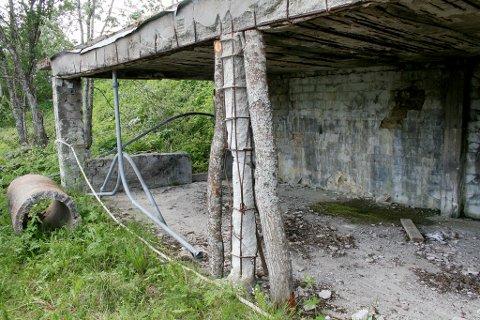 STØTTER: Trestokker er brukt til støtte for den falleferdige konstruksjonen.