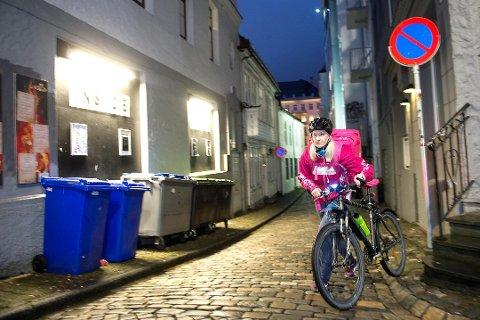 TROMSØ-AKTUELLE: Foodora skal være i ferd med å etablere seg i Tromsø, får Nordlys opplyst fra kilder i bransjen. Her er student Mathilde Solvang på jobb for matleveringstjenesten i Bergen.