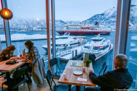 POPULÆR: Kafeen på Nerstranda kan by på flott utsikt over Tromsøysundet. Kafeen er populær, noe regnskapet også vitner om.